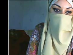 arab cutie displays her billibongs